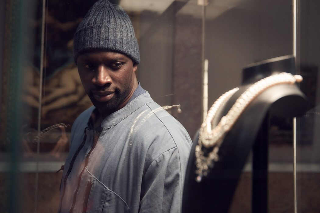 Lupin on Netflix image of Omar Sy as Assane Diop, looking at Marie Antoinette's necklace in the Louvre